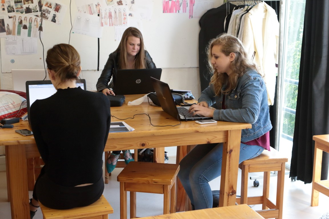 Gap Year : Students researching